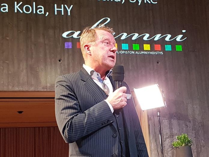 Paneelikeskustelun avasi Helsingin yliopiston rehtori Jukka Kola.
